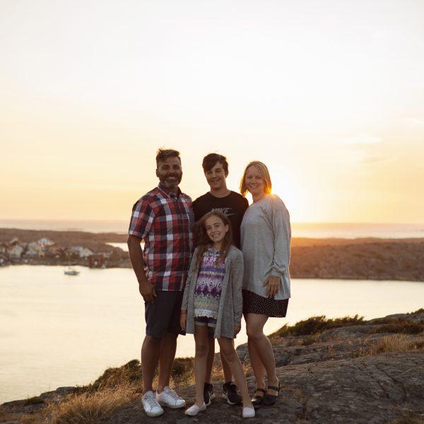 Familjefotografering i solnedgången på smögenbron